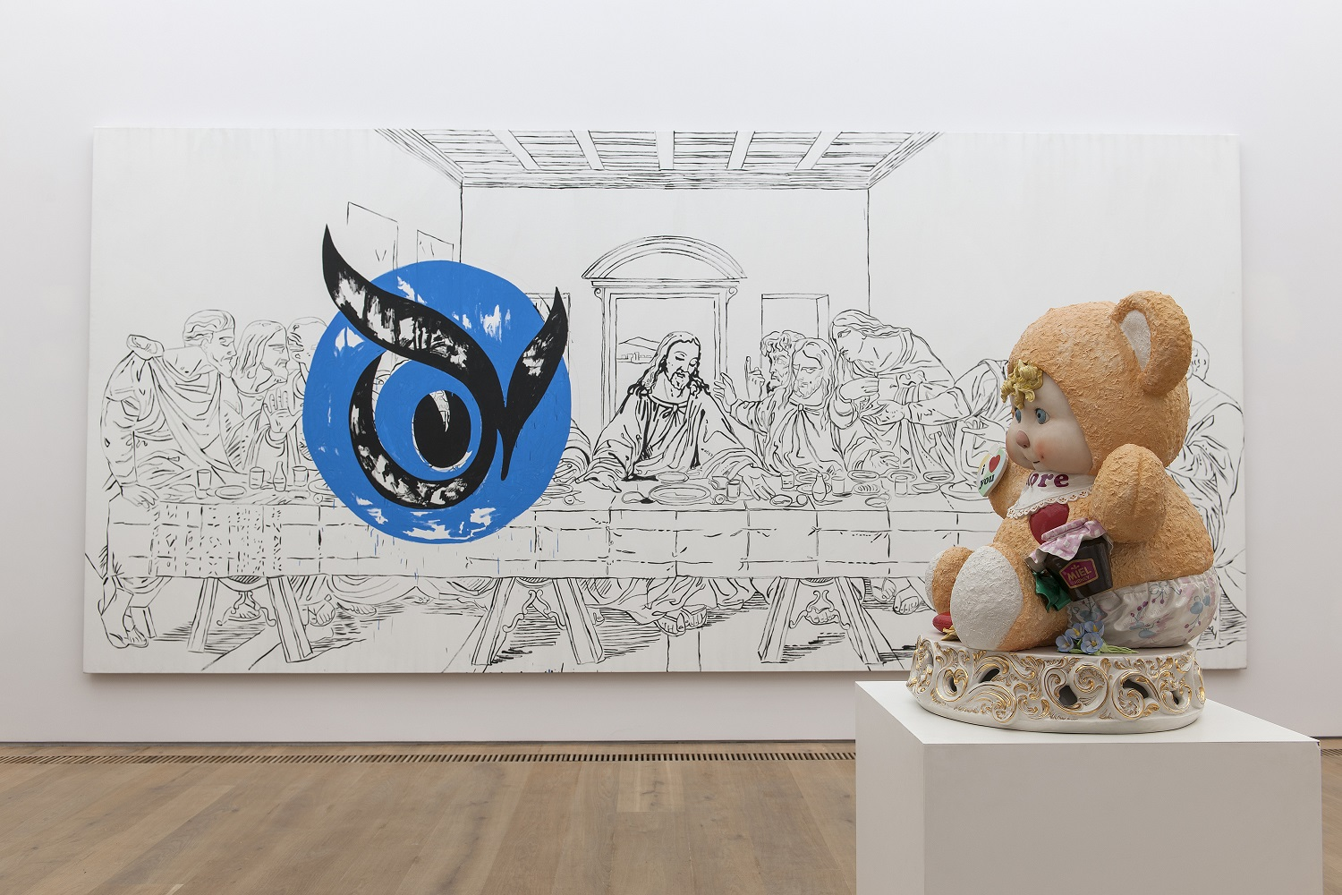 Im Vordergrund: Jeff Koons, Amore, 1988 © Jeff Koons | Im Hintergrund: Andy Warhol, The Last Supper, 1986 © The Andy Warhol Foundation for Visual Arts, Inc./Artists Rights Society (ARS), New York © Foto: H. Koyupinar