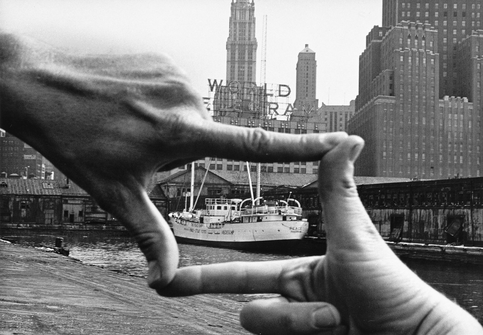 John Baldessari: Hands Framing New  York Harbor, aus dem Projekt »Pier 18«, 1971 © John Baldessari, Photo: Shunk-Kender, J.  Paul Getty Trust. The Getty Research Institute, Los Angeles / Schirmer/Mosel